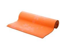 Orange yoga som är matt på en vit bakgrund Arkivbild