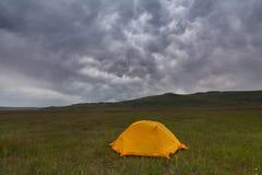 Orange Zelt auf dem Hintergrund von Wolken Lizenzfreie Stockfotos