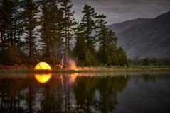 Orange Zelt auf Küste von See nachts lizenzfreies stockbild