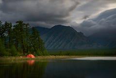 Orange Zelt auf Küste von See nachts lizenzfreie stockfotos