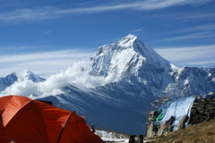 Orange Zelt im Hintergrund der Berge von Nepal Stockbild