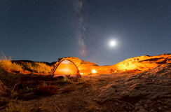Orange Zelt unter Milchstraße stockfoto
