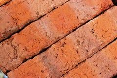 Orange Ziegelsteine des Lehms für ein ländliches Gebäude Stockfoto