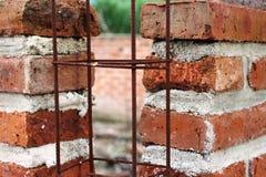 Orange Ziegelsteine des Lehms für ein ländliches Gebäude Lizenzfreie Stockbilder