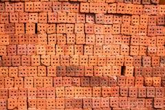 Orange Ziegelsteine, die warten, im Bau in Thailand verwendet zu werden Lizenzfreie Stockfotos