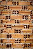 Orange Ziegelsteine gelegt mit Zementhintergrund Stockfotos