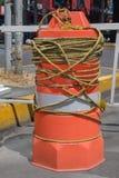 Orange zylinderförmige Plastikstruktur benutzt, um Verkehr zu steuern stockfotos