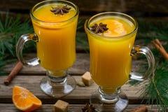 Orangeade épicée chaude avec l'anis de cannelle et d'étoile image stock