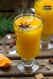 Orangeade épicée chaude avec l'anis de cannelle et d'étoile photos stock