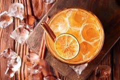 Orangeade avec de la glace et la cannelle photos stock