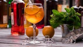 Orangeade dans le verre à vin images stock