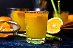 Orangeade dans un verre images libres de droits
