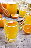 Orangeade dans un verre images stock