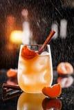 Orangeade fraîche avec de la cannelle, les mandarines et la glace dans le pot en verre sur le fond en verre Contexte de l'atmosph photo stock