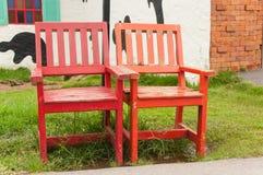 Oranged и красные деревянные стенды на поле травы. стоковые изображения