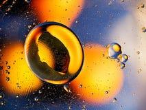 Orangegelbe Abstraktion auf einem blauen Hintergrund Lizenzfreie Stockbilder