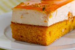 Orangekrämcake med kräm royaltyfria foton