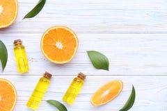 Orangenöl in den Flaschen stockfotos