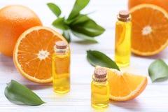 Orangenöl in den Flaschen lizenzfreie stockfotografie