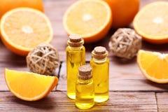 Orangenöl in den Flaschen stockfotografie