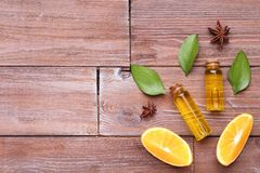 Orangenöl in den Flaschen lizenzfreie stockbilder