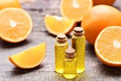 Orangenöl in den Flaschen lizenzfreies stockbild