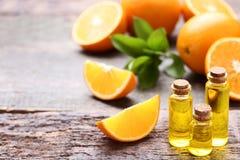 Orangenöl in den Flaschen stockfoto