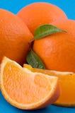 Orangen über blauem Hintergrund lizenzfreie stockfotografie