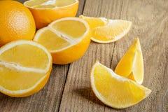 Orangen auf dem Holztisch Stockfotos