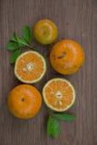 Orangen auf dem Holztisch Lizenzfreie Stockbilder