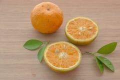 Orangen auf dem Holztisch Lizenzfreies Stockbild