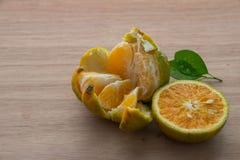 Orangen auf dem Holztisch Stockfoto
