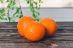 Orangen auf dem Holztisch-gesunden Lebensstil-Konzept Stockfotos