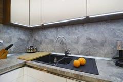 Orangen auf dem Küche worktop zur Wanne Lizenzfreies Stockfoto