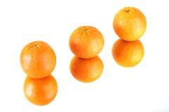 Orangen auf dem Spiegel Stockfotografie