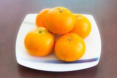 Orangen auf dem weißen Teller Lizenzfreies Stockbild