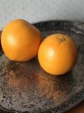 Orangen auf einem Silbertablett Stockbild