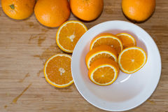 Orangen auf einer Tabelle und auf einer weißen Platte Stockbild