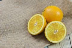 Orangen auf hölzernem Stockfoto