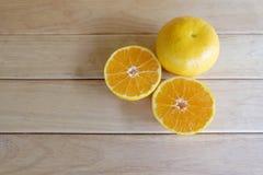 Orangen auf hölzerner Tabelle Lizenzfreies Stockbild