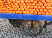 Orangen auf Rädern Stockfotografie