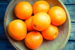 Orangen auf runder hölzerner Schüssel, Weinlese Lizenzfreies Stockbild