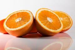 Orangen beinahe eingeschnitten Lizenzfreie Stockbilder