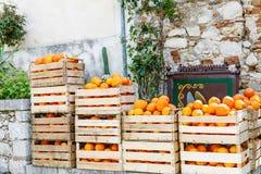 Orangen in den Holzkisten auf Straßenmarkt Stockfotos