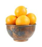 Orangen in der Weinlesemetallschüssel Stockbilder