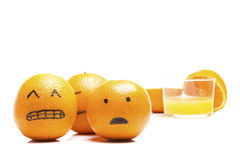 Orangen, die weg von einem Glas Saft laufen! Lizenzfreies Stockbild