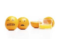 Orangen, die weg von einem Glas Saft laufen! lizenzfreies stockfoto