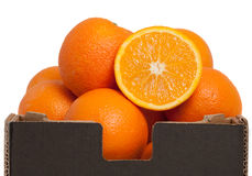 Orangen in einem braunen Kasten Stockbild