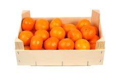 Orangen in einem Kasten stockfotos