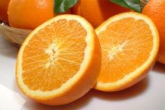 Orangen in einem Korb Stockbilder